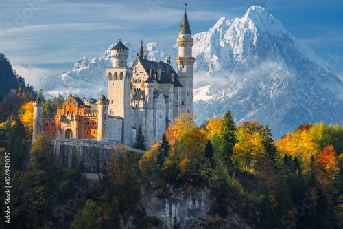 slawny-neuschwanstein-kasztel-z-scenicznym-gora-krajobrazem-blisko-fussen-bavaria