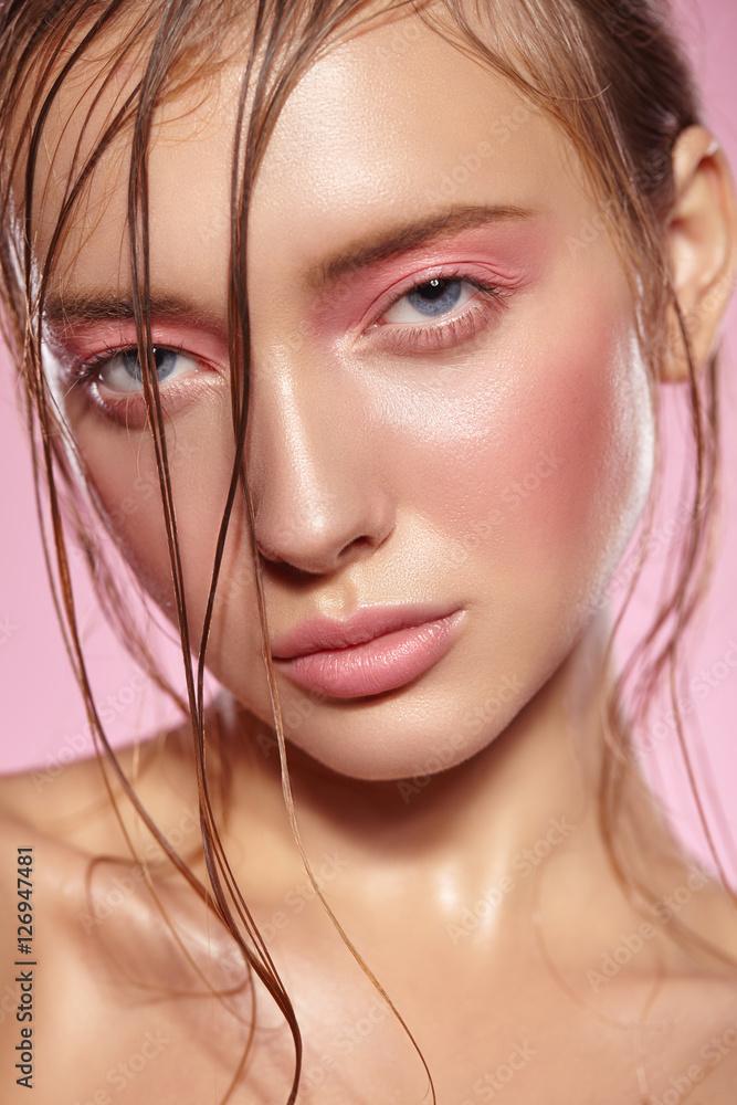Fotografía  Retrato de muchacha con maquillaje rosado brillante.