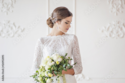 Stampa su Tela Wedding fashion bride with bouquet in hands