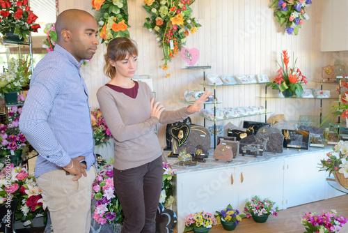 Fotografía  Woman showing commemorative flowers