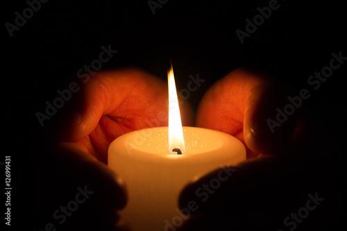 Fotografie, Obraz  Hände halten Kerze