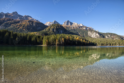 Foto auf Gartenposter Reflexion Mountain crystal clear lake with trees reflected in the water
