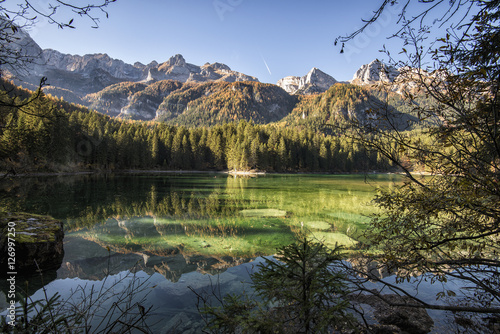 Tuinposter Reflectie Mountain crystal clear lake with trees reflected in the water