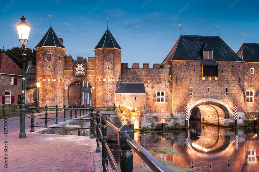 Fototapety, obrazy: Medieval brick city gate Koppelpoort to Dutch fortress city Amersfoort