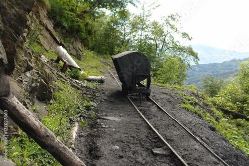 Fotografie, Obraz  Vagón volquete en una vía de transporte de carbón de una mina de montaña