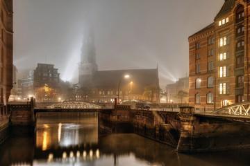 Hamburg - Altstadt Fleet abends im Nebel