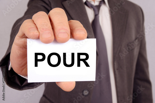 Valokuva  Homme tenant une carte avec le mot pour