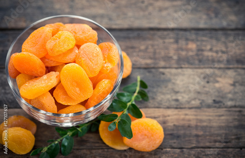 Photo Dried apricots in the bowl