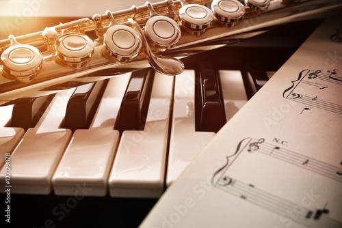 Plakat Fortepian i flet ze złotym połyskiem i nuty