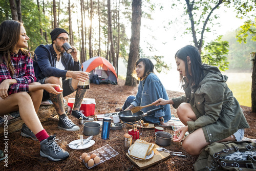 In de dag Kamperen Friends Camping Eating Food Concept