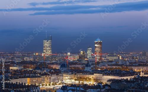 Photo sur Aluminium Noir The illuminated city of Lyon, France, seen from Fourviere hill at dusk.