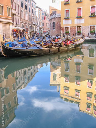 Foto old Venice historic gondolas through Venetian alleys reflected on water canals of the town