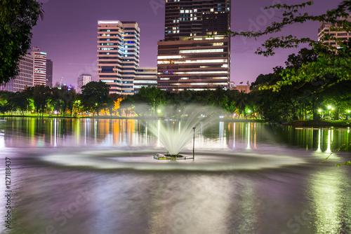 Photo  Twilight night scene of Bangkok at dusk from Lumpini Park