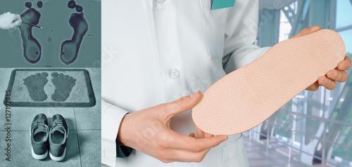 Fotografía  Doctor shows Individual orthopedic insoles