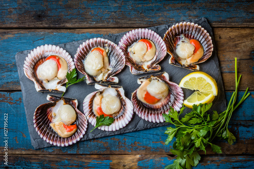 Poster Coquillage Raw scallops with lemon, cilantro on slate plate, white wine