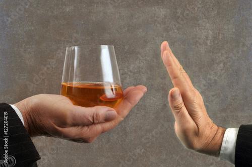 Poster de jardin Bar Refus d'un verre de whisky