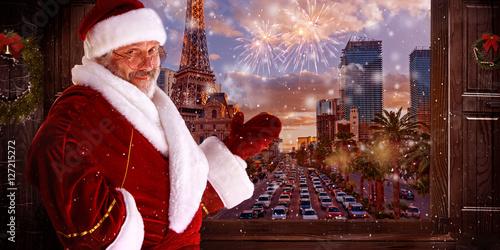 Foto auf Leinwand Las Vegas The man in costume of santa claus over night city background