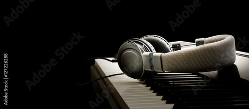 Obraz na plátně Piano keyboard and headphones - Pianoforte e cuffie