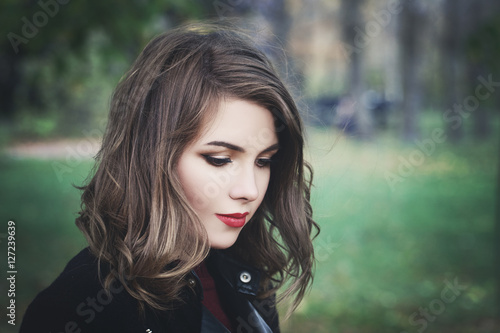 Foto Lovely Girl in the Park. Pretty Woman with Long Bob Hair