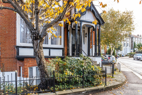 Poster Jaune Private house in Richmond suburb of London in autumn