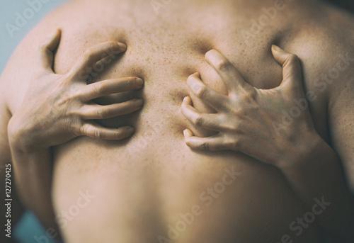 Plakat Para w pasji. Kobiece ręce na męski powrót.