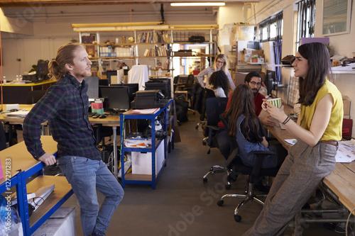 Photo sur Aluminium Voies ferrées Two Designers Having Informal Meeting In Modern Office