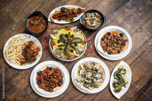 Foto  mixed portuguese traditional rustic tapas food selection on wood