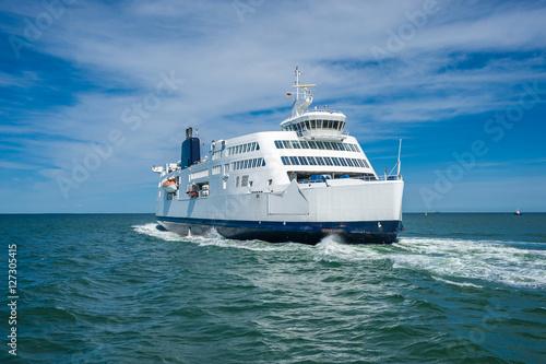 Fotomural  Fährschiff von Deutschland nach Dänemark im Fährhafen von Put