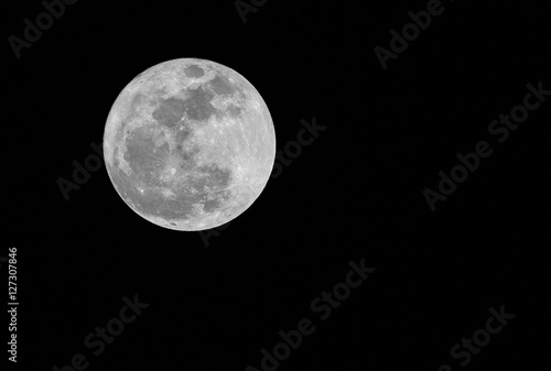 Poster Pleine lune Full moon over dark black sky at night.