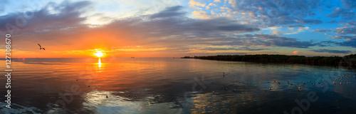 panorama-spokojnej-sceny-zachmurzone-morze-zachod-slonca