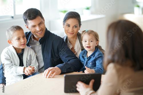 Fotografia  Family meeting financial adviser for house investment