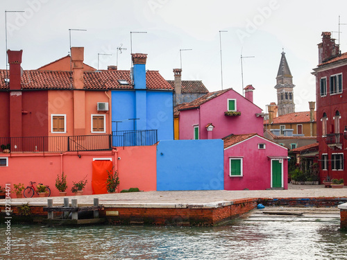 Photo  colorful street of burano island in venice, italy