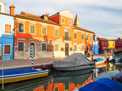 Photo  colorful streets of burano island in venice, italy