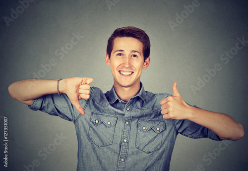Photo Happy man with thumbs down thumbs up gesture