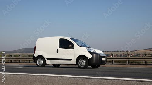 Fotografie, Obraz  Minivan vom Kundenservice unterwegs während einer Dienstfahrt auf deutscher Stra