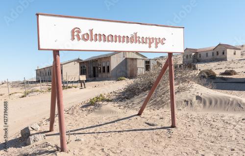 Photographie  Schild und Häuser in der Diamantestadt Kolmannskuppe, Kolmanskop, Lüderitz, Nami