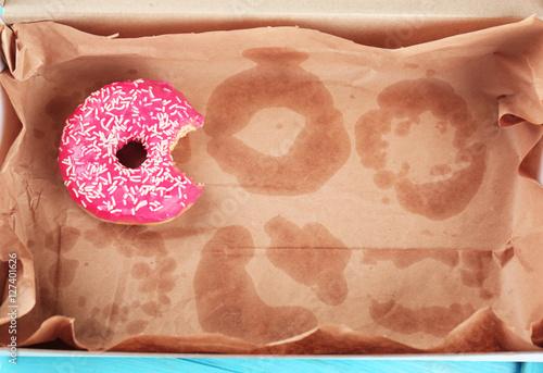 Fotografía  Delicious donut on greasy paper in box