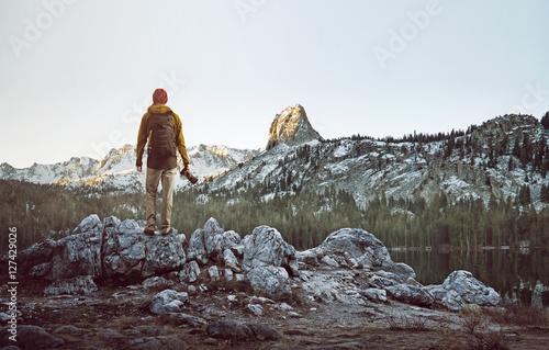 Wanderer betrachtet Berglandschaft Poster
