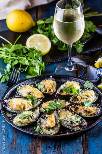 Poster Coquillage Seafood. Baked mussels with cheese and lemon in shells