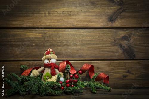Fényképezés  Navidad con abetos, muñeco de nieve y espacio para texto en madera para celebrac