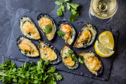 Foto auf Leinwand Schalentier Seafood. Baked mussels with cheese and lemon in shells