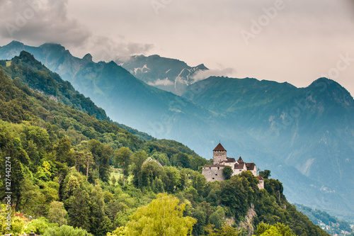 Fotografía  Wide view of Vaduz castle and Alps, Lichtenstein