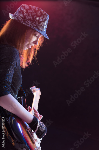 Fotografering  showgirl intensely playing her guitar live