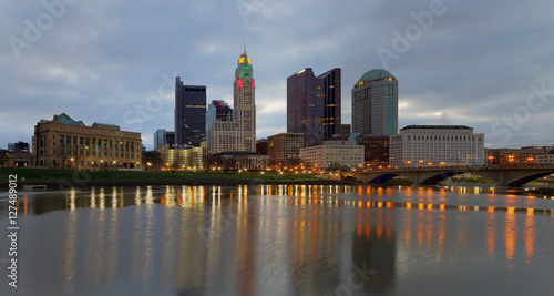 Spoed Foto op Canvas Asia land Scioto River and downtown Columbus Ohio skyline panoramic at dawn