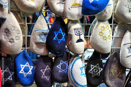 Fotografía Gehäkelte Kippas mit Davidstern auf dem Markt in Jerusalem