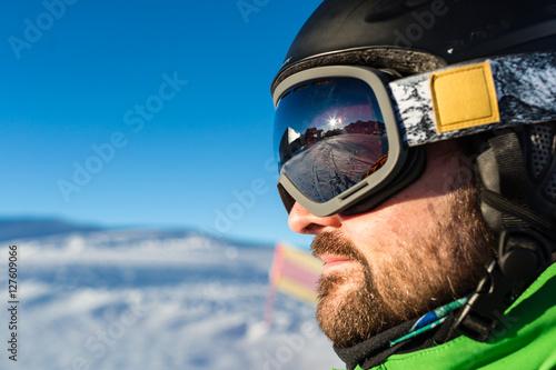 Poster Wintersporten Skier with large modern ski goggles