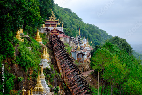 Foto  Buddhist pagodas and temple at entrance to Pindaya Caves, Myanmar