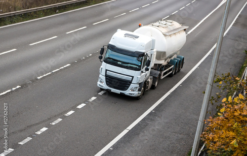 Plakat Transport drogowy - biała ciężarówka cysterna