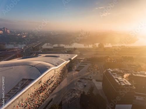 widok-z-lotu-ptaka-nowozytny-miasto-przy-wschodem-slonca-na-tle-wawel-kasztel-lodowy-krakow-polska