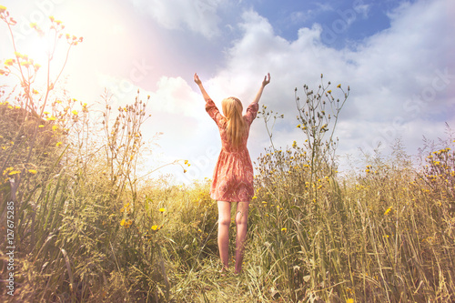 Photo  young woman relaxing with arms raised to the sky in the middle of the nature